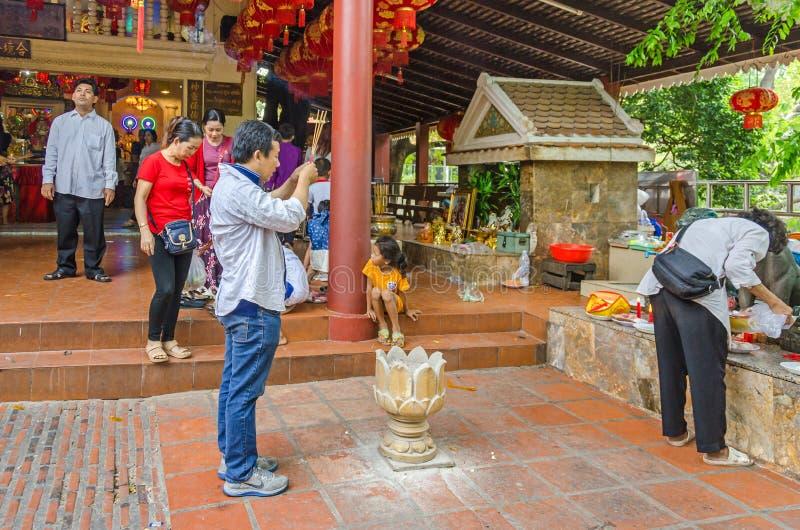 Żarliwi buddhists ćwiczy ich rytuały w Wacie Phnom w P obraz stock