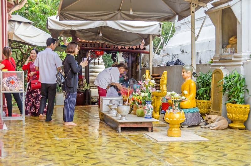 Żarliwi buddhists ćwiczy ich rytuały w Wacie Phnom w Ph fotografia stock