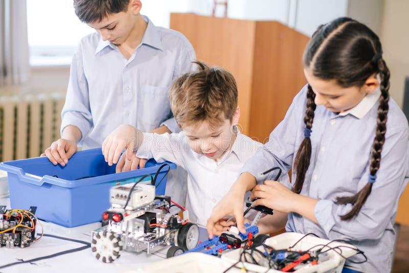 Żartuje bawić się z elektrycznym robotem podczas gdy odwiedzający robotyka powystawowe zdjęcia royalty free