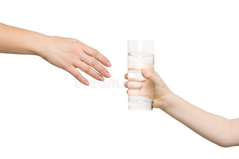 Żartuje dawać szkłu woda matka, odosobnionemu obraz stock
