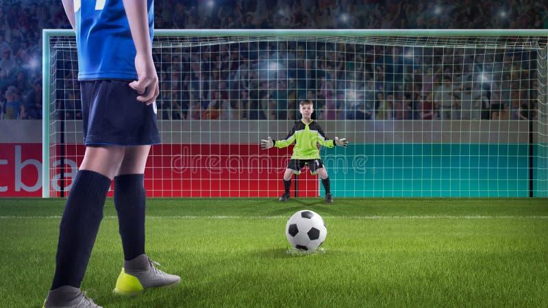 Żartuje gracza futbolu prepairing brać strzał na boisku piłkarskim obrazy royalty free