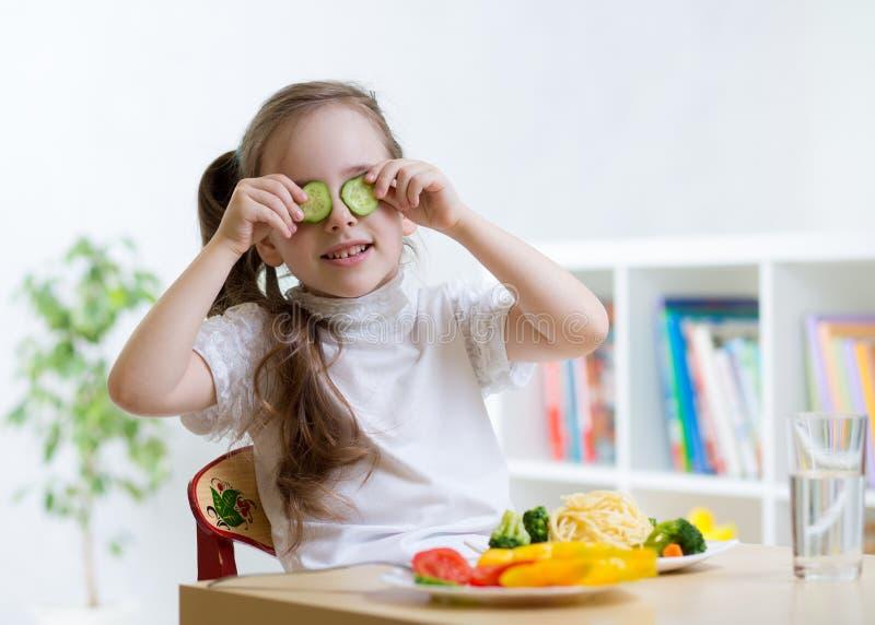 Żartuje jeść zdrowego jedzenie w dziecinu lub stwarza ognisko domowe zdjęcie royalty free
