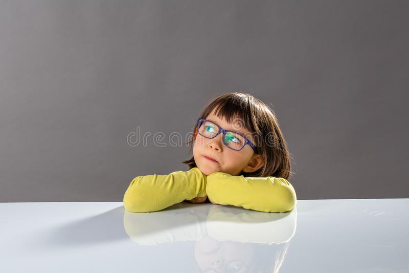 Żartuje krytycznego główkowanie z poważnym małym dzieckiem i obdarzonymi myślami obrazy royalty free