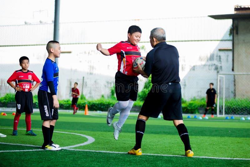 Żartuje piłki nożnej szkolenie z skokiem dla bitwy piłka w ręce trener zdjęcie royalty free
