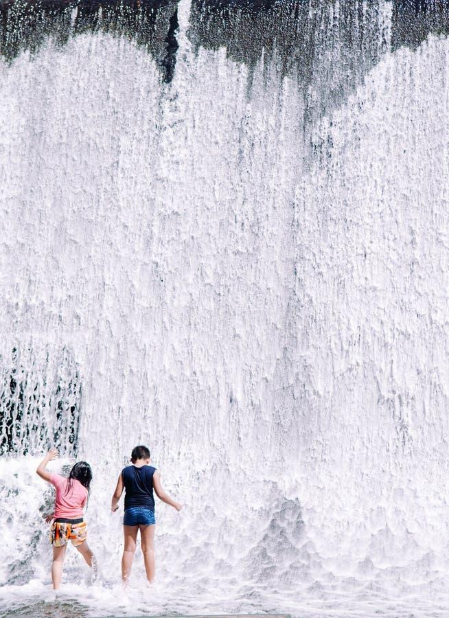 Żartuje zabawy siklawy willi escudero, San Pablo, Filipiny zdjęcia stock