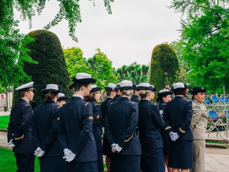 Żeńscy żołnierze przy od parady na 8th mogą w Francja zdjęcia royalty free