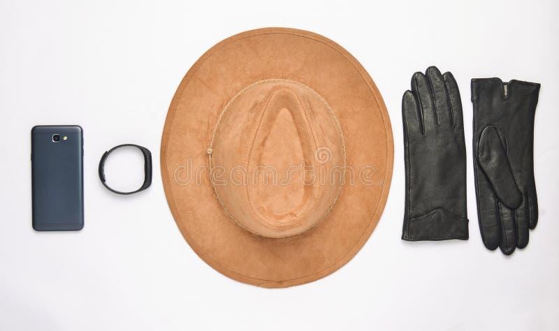 Żeńscy akcesoria i gadżety na białym tle Kapelusz, rękawiczki, smartphone, mądrze zegarek Jesieni wiosny kolekcja Odgórny widok obraz royalty free