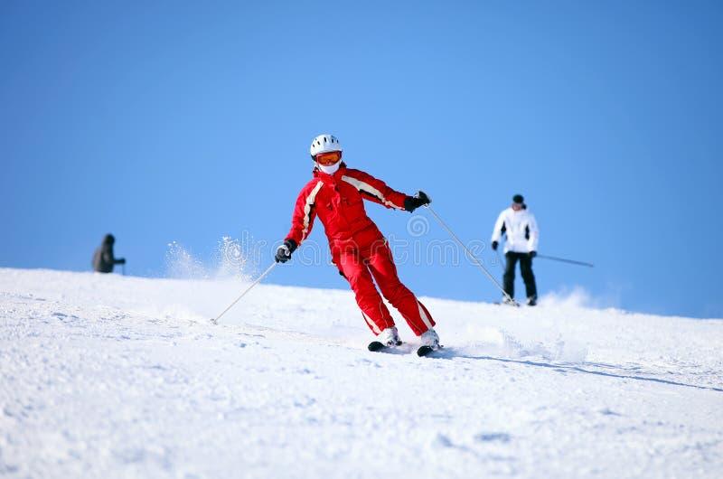 żeńscy halni narciarki skłonu potomstwa zdjęcia royalty free