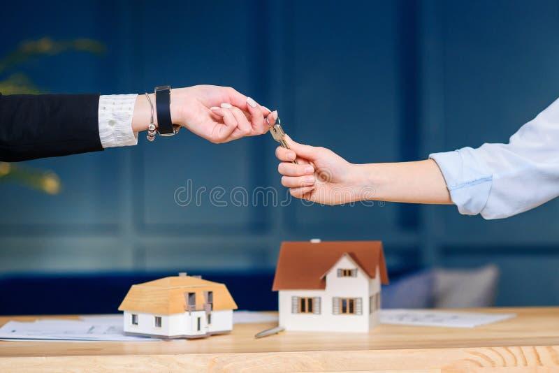 Żeńscy klienci bierze klucz od żeńskiego pośrednik handlu nieruchomościami zdjęcie royalty free