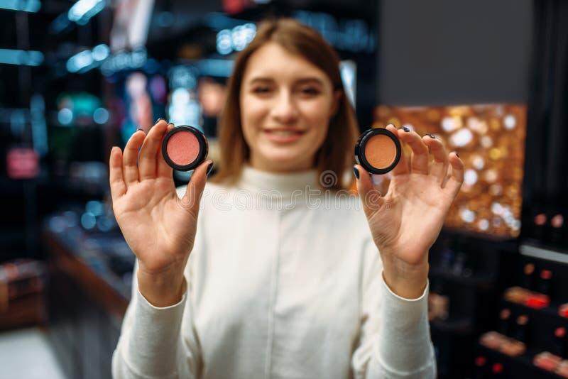 Żeńscy klientów przedstawień kosmetyki w makeup robią zakupy zdjęcie royalty free