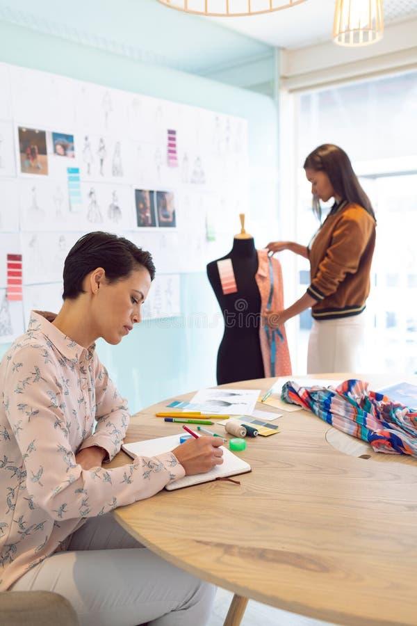 Żeńscy projektanci modzi pracuje w nowożytnym biurze obrazy stock