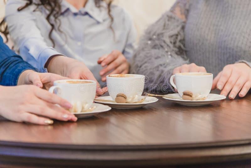 Żeńscy przyjaciele ma kawę wpólnie Trzy kobiety przy cukierniany pić, opowiadać, śmiać się i cieszyć się, ich czas obraz stock