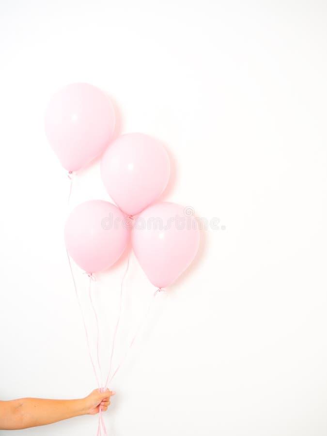 Żeńscy ręki mienia menchii balony obrazy stock