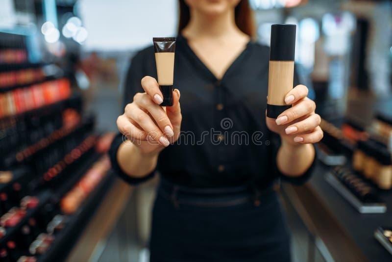 Żeńscy sprzedawców przedstawień kosmetyki w makeup robią zakupy zdjęcia royalty free