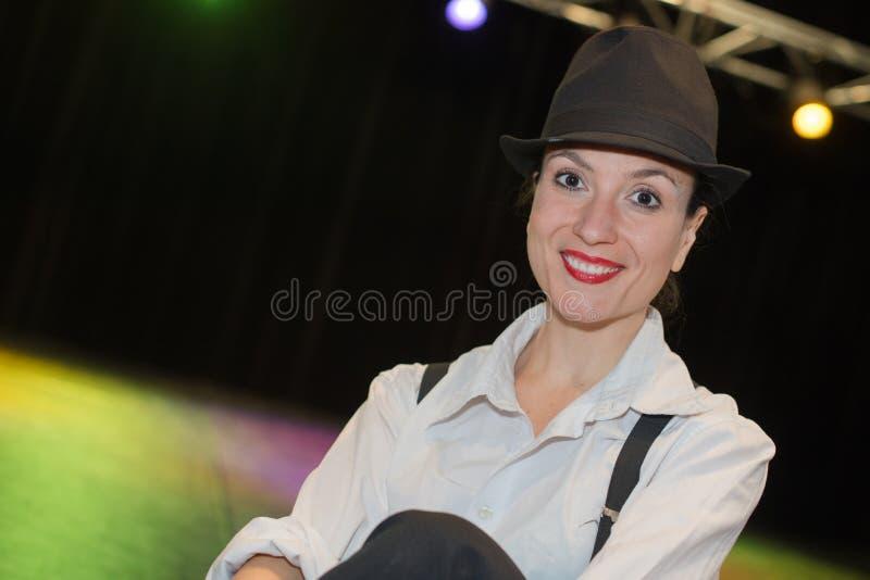 Żeńska aktorka samotnie na scenie obraz stock
