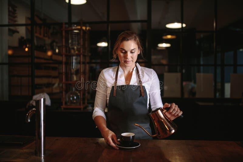 Żeńska barista narządzania kawa zdjęcie stock