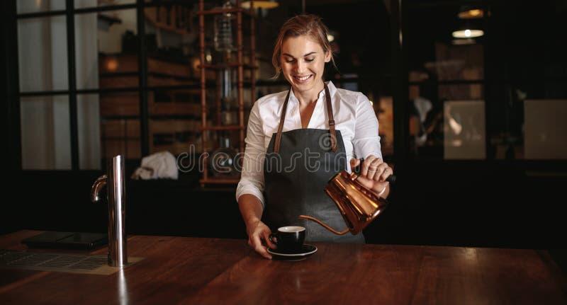 Żeńska barista narządzania kawa zdjęcia royalty free