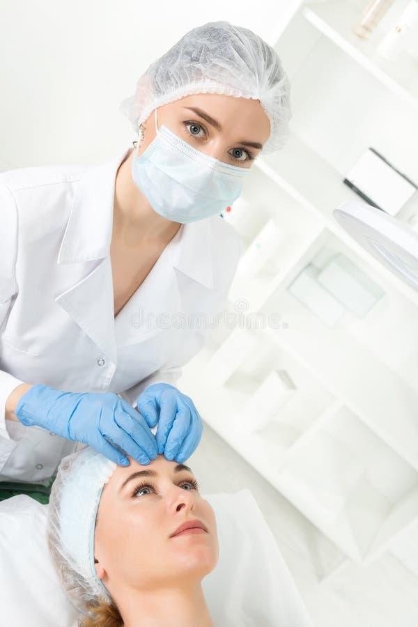 Żeńska beautician lekarka z pacjentem w wellness centrum E zdjęcia stock