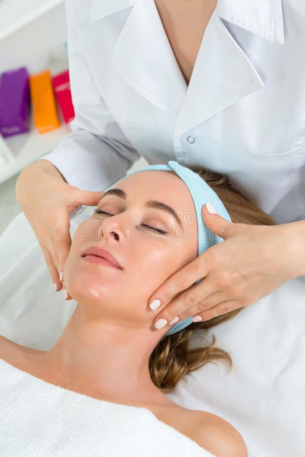 Żeńska beautician lekarka z pacjentem w wellness centrum E zdjęcie stock
