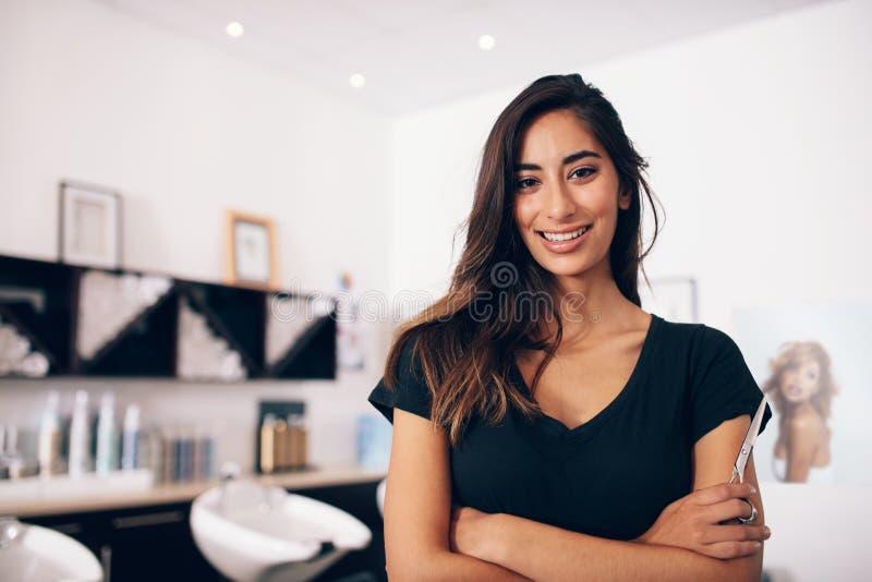 Żeńska fryzjer pozycja w salonie zdjęcia royalty free