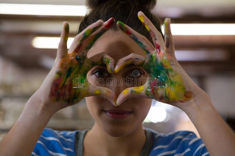 Żeńska garncarka gestykuluje z malować rękami fotografia stock