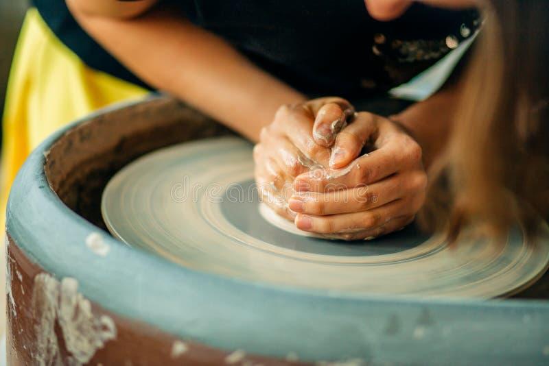 Żeńska garncarka pracuje przy miotania kołem przy studiiem Gliniany warsztat zdjęcie royalty free