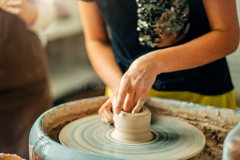 Żeńska garncarka pracuje przy miotania kołem przy studiiem Gliniany warsztat obrazy royalty free