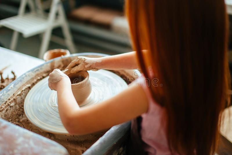 Żeńska garncarka pracuje przy miotania kołem przy studiiem Gliniany warsztat obraz royalty free