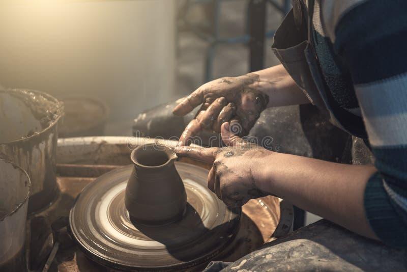 Żeńska garncarka pracuje z gliną na ceramicznym kole, rzemieślnik ręk zamknięty up obraz royalty free