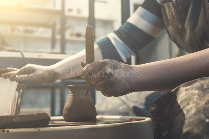 Żeńska garncarka pracuje z gliną na ceramicznym kole, rzemieślnik ręk zamknięty up zdjęcie stock