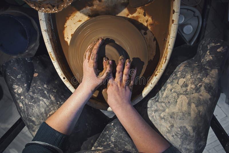 Żeńska garncarka pracuje z gliną na ceramicznym kole, rzemieślnik ręk zamknięty up zdjęcie royalty free