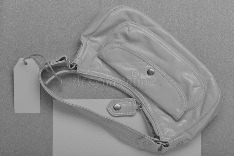 Żeńska mała torba z pustą ceny listą, etykietka, etykietka, kopii przestrzeń bagaże tła koncepcję czworonożne zakupy białą kobiet obraz stock