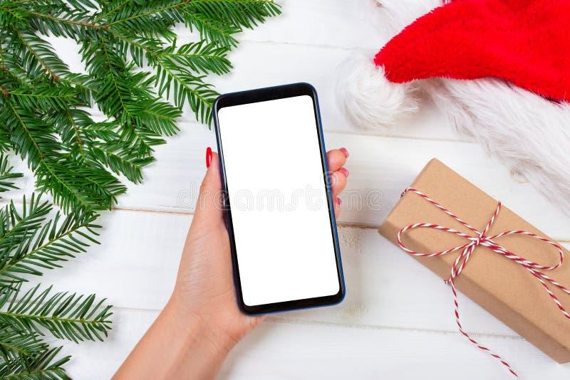 Żeńska nabywca robi rozkazowi przy ekranem smartphone z kopii przestrzenią Bożenarodzeniowy Online Zakupy Kobieta kupuje teraźnie zdjęcia royalty free