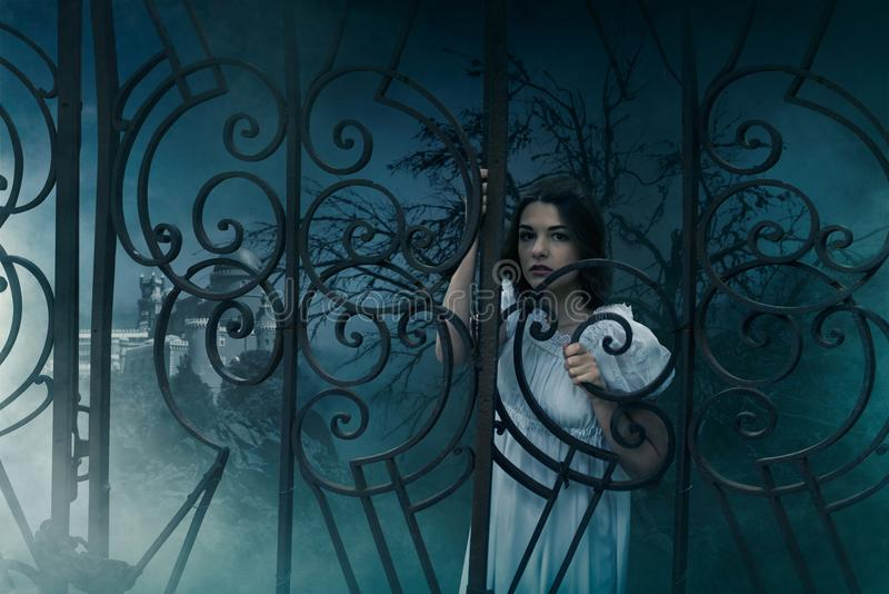 Żeńska ofiara przy bramami stary cmentarz obrazy stock
