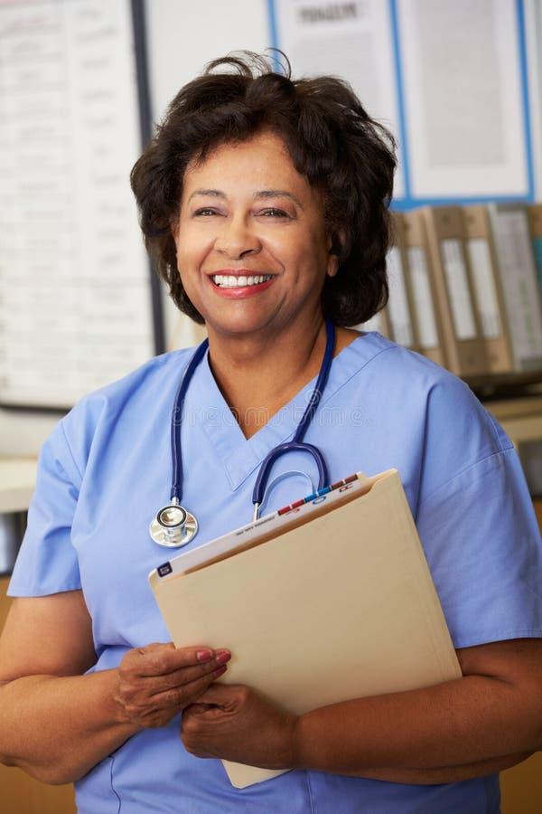 Żeńska pielęgniarka Przy pielęgniarki stacją zdjęcia stock