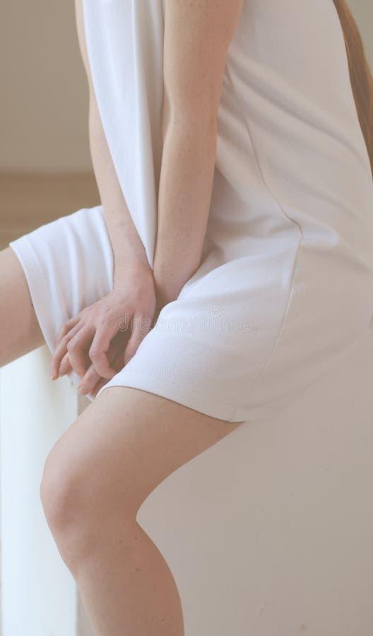 Żeńska postać w biel sukni z nagimi rękami i nogami obraz stock