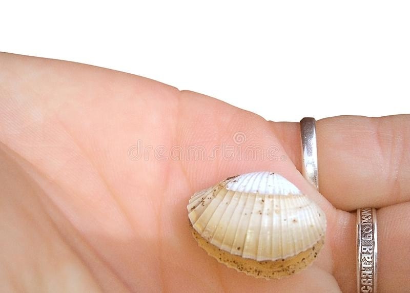 Żeńska prawa ręka odizolowywająca na białym tle Na palcu jest srebny pierścionek z wpisową Świętą matką bóg, zdjęcie royalty free