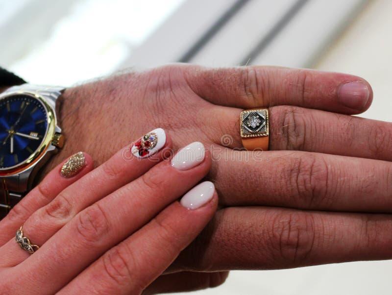 Żeńska ręka dotyka samiec zdjęcie royalty free