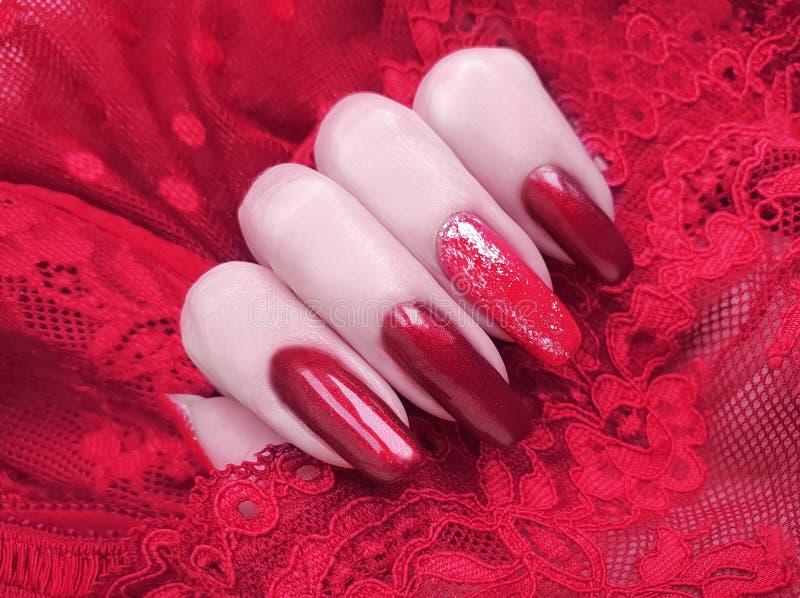 Żeńska ręka manicure'u koronki estetyka, elegancka, elegancja zdjęcie royalty free