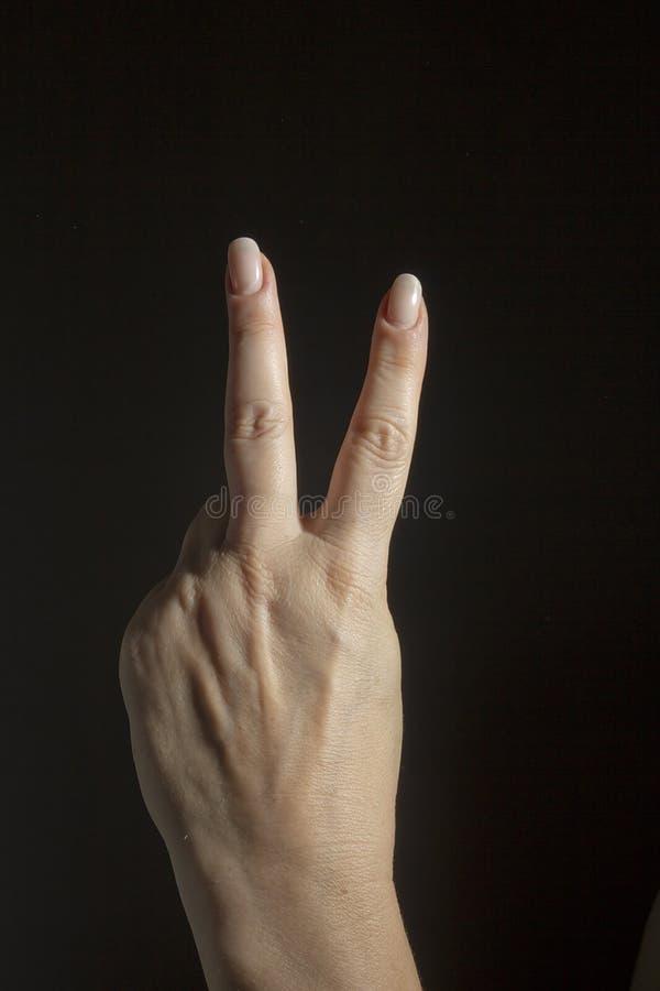 Żeńska ręka pokazuje numer dwa zdjęcia stock