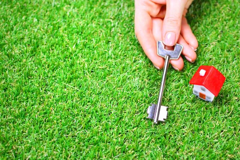 Żeńska ręka trzyma klucz od jej nowego domu domu obrazy stock