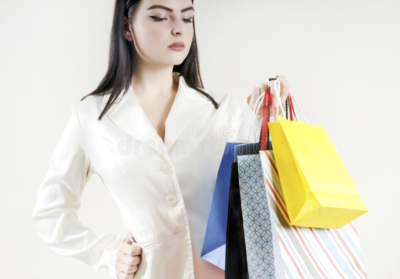Żeńska ręka trzyma kolorowego torba na zakupy klienta elegancki fotografia royalty free