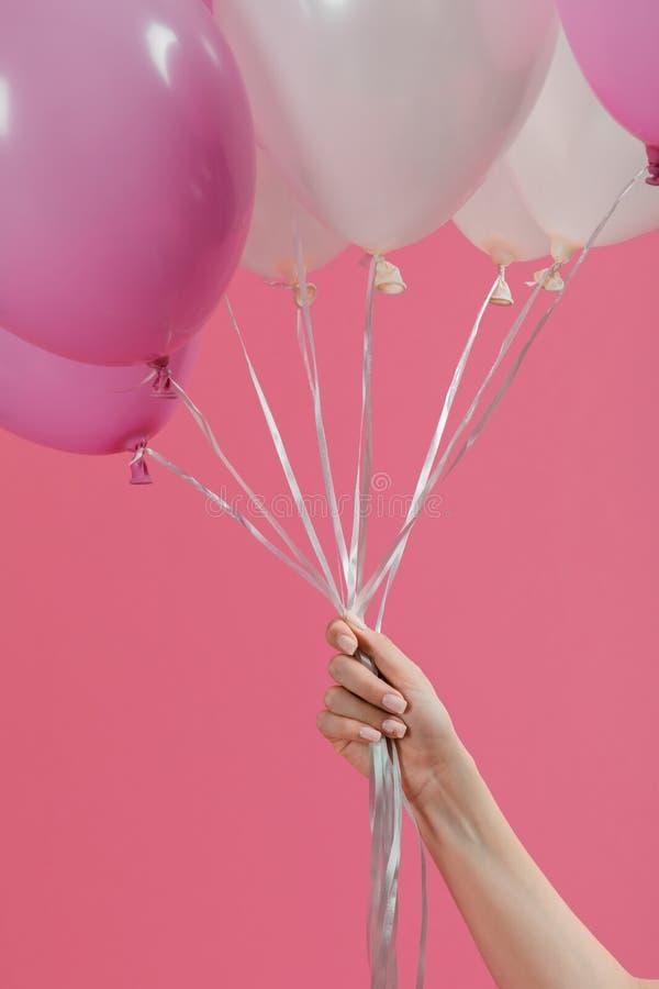Żeńska ręka trzyma lotniczych balony obrazy royalty free
