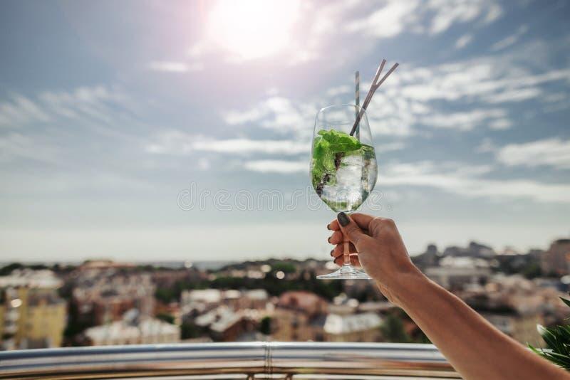 Żeńska ręka trzyma szkło koktajl z pić słomę fotografia royalty free
