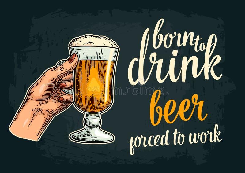 Żeńska ręka trzyma szklanego piwo Urodzony pić ilustracja wektor
