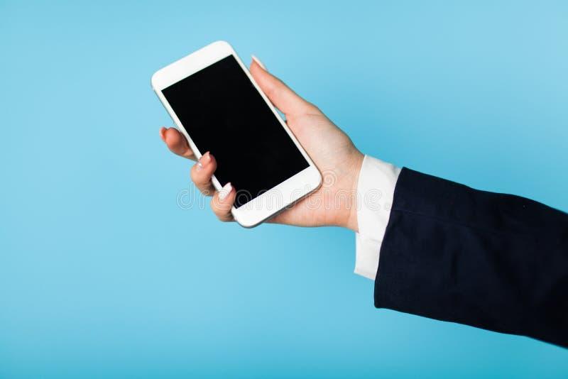 Żeńska ręka trzyma telefon zdjęcia royalty free