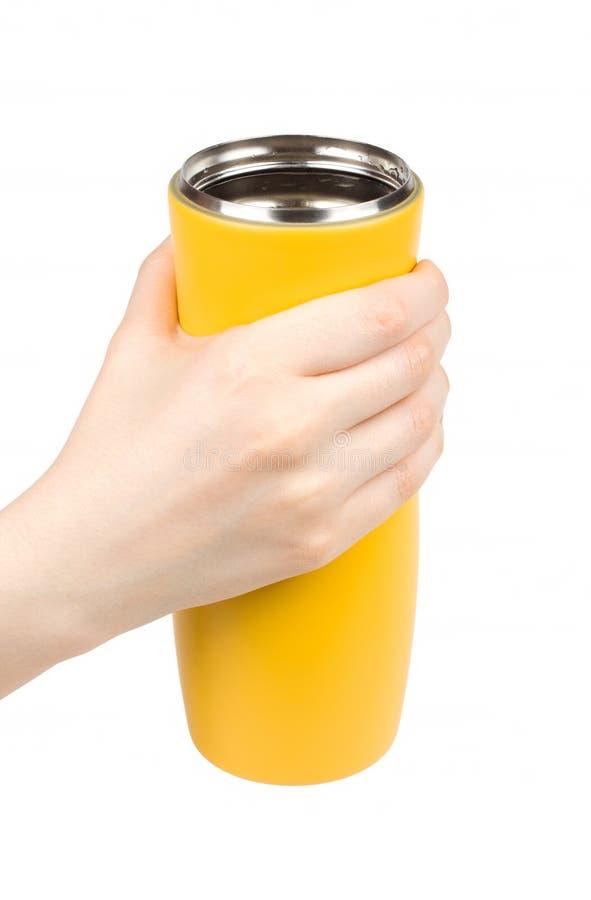 Żeńska ręka trzyma thermo kubek obraz stock