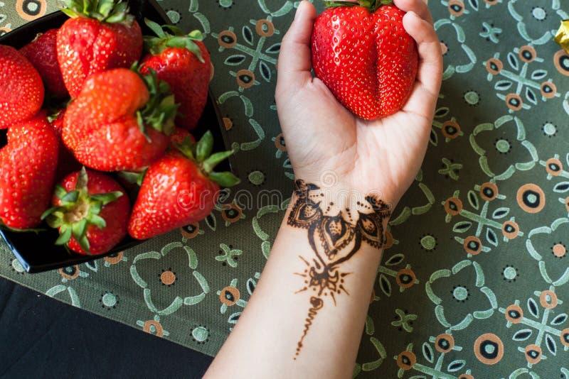 Żeńska ręka z arabską, indyjską truskawką lub Piękno i mody pojęcie Tradycyjni wzory fotografia royalty free