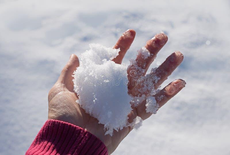 Żeńska ręka z mroźnym snowball fotografia stock