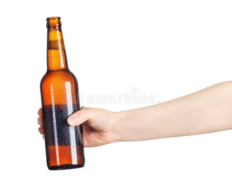 Żeńska ręka z piwną brown butelką obrazy stock